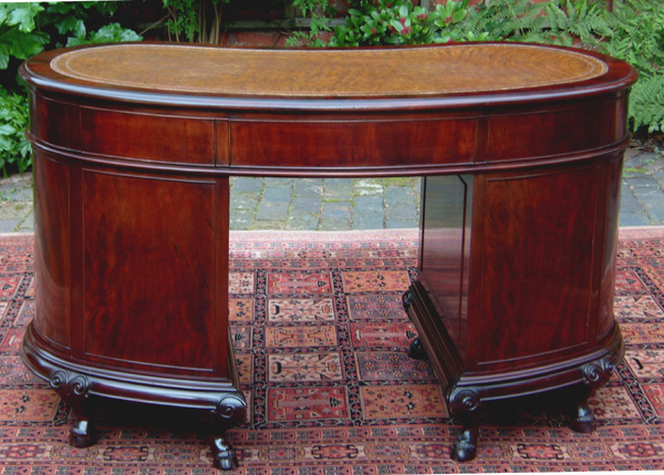 Vintage Kidney Shaped Mahogany Pedestal Desk - Early 20th Century Kidney Shaped Pedestal Desk SN395